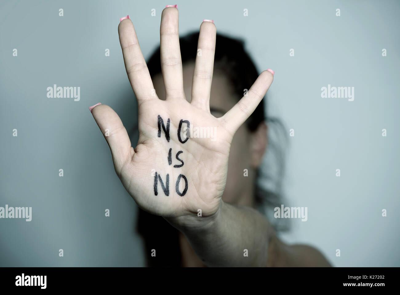Nahaufnahme der Hand eines jungen kaukasischen Frau vor ihr Gesicht mit dem Text keine ist nicht in Ihrem Palm geschrieben Stockbild