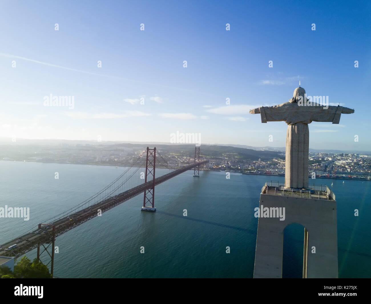 """Luftaufnahme der Statue von """"Cristo-Rei"""" in Lissabon - Portugal Stockbild"""