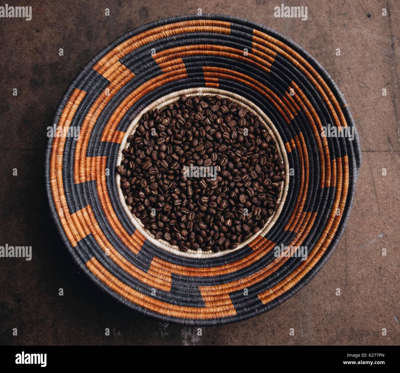 Kaffee, geröstet, in einem geflochtenen Korb Stockbild