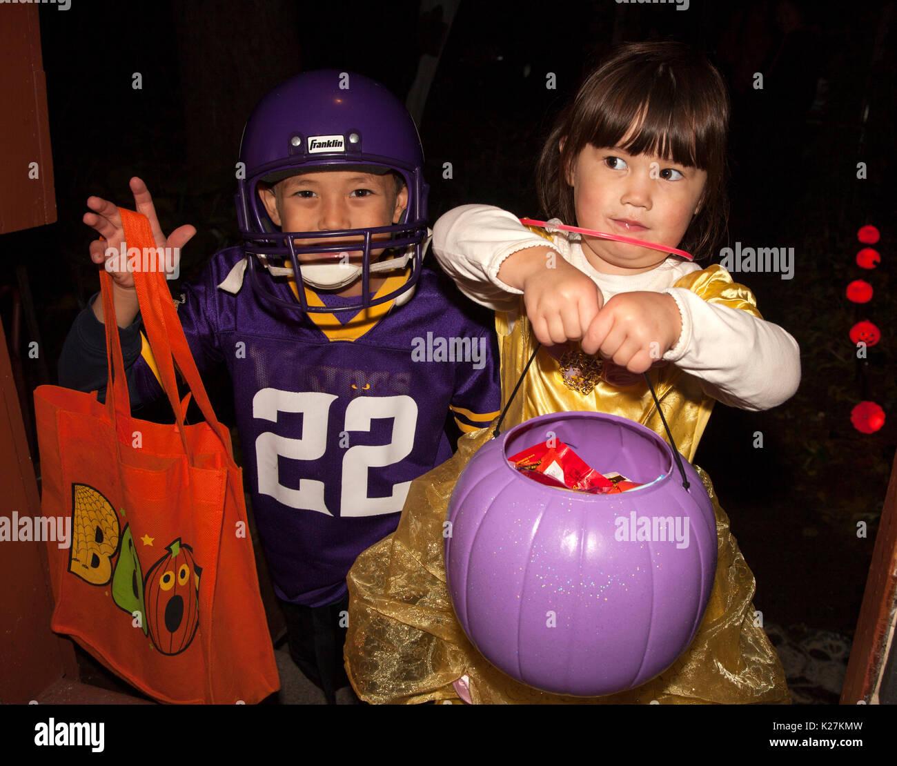 Halloween Trick Und Treaters Im Fussball Und Tanzer Kostume