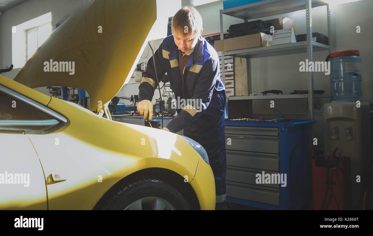 Kleine Unternehmen - Auto Auto Service - Mechaniker schraubt Detail ...
