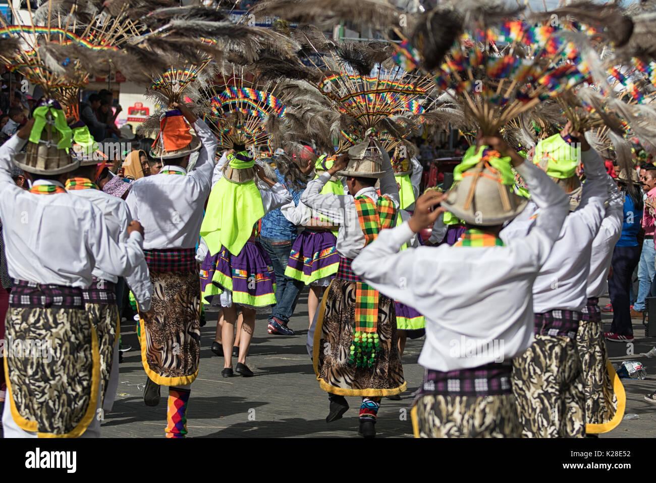 Juni 17, 2017 Pujili, Ecuador: indigene Männer in traditionellen Verschleiß durchführen Street Dance in Corpus Christi Stockfoto