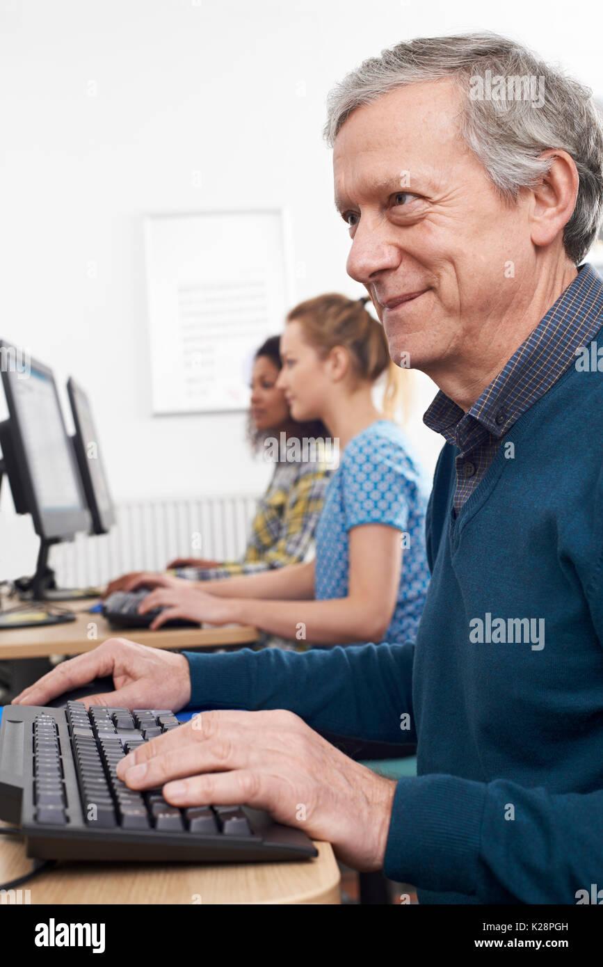 Reifen Sie Mann besucht Computerklasse Stockbild