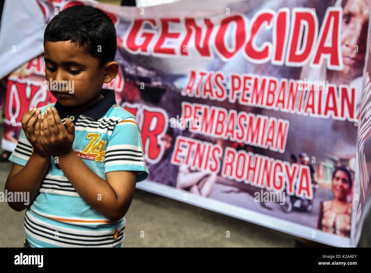 Medan, Nordsumatra, Indonesien. 30 Aug, 2017. Hasmat Rohingya-Indonesia Tullah, muslimische Flüchtlinge Jugendliche an einer Demonstration der Solidarität gegen die Verfolgung ihrer Bürger, die außerhalb der Gebäude des Rates in Medan am 30.August 2017, Indonesien. Dringende Demonstranten der Vereinten Nationen (UNO) unter dem Druck der myanmarischen Regierung das Problem der Schlachtung der muslimischen Gemeinschaft Rohingnya zu lösen. Credit: Ivan Damanik/ZUMA Draht/Alamy leben Nachrichten Stockfoto