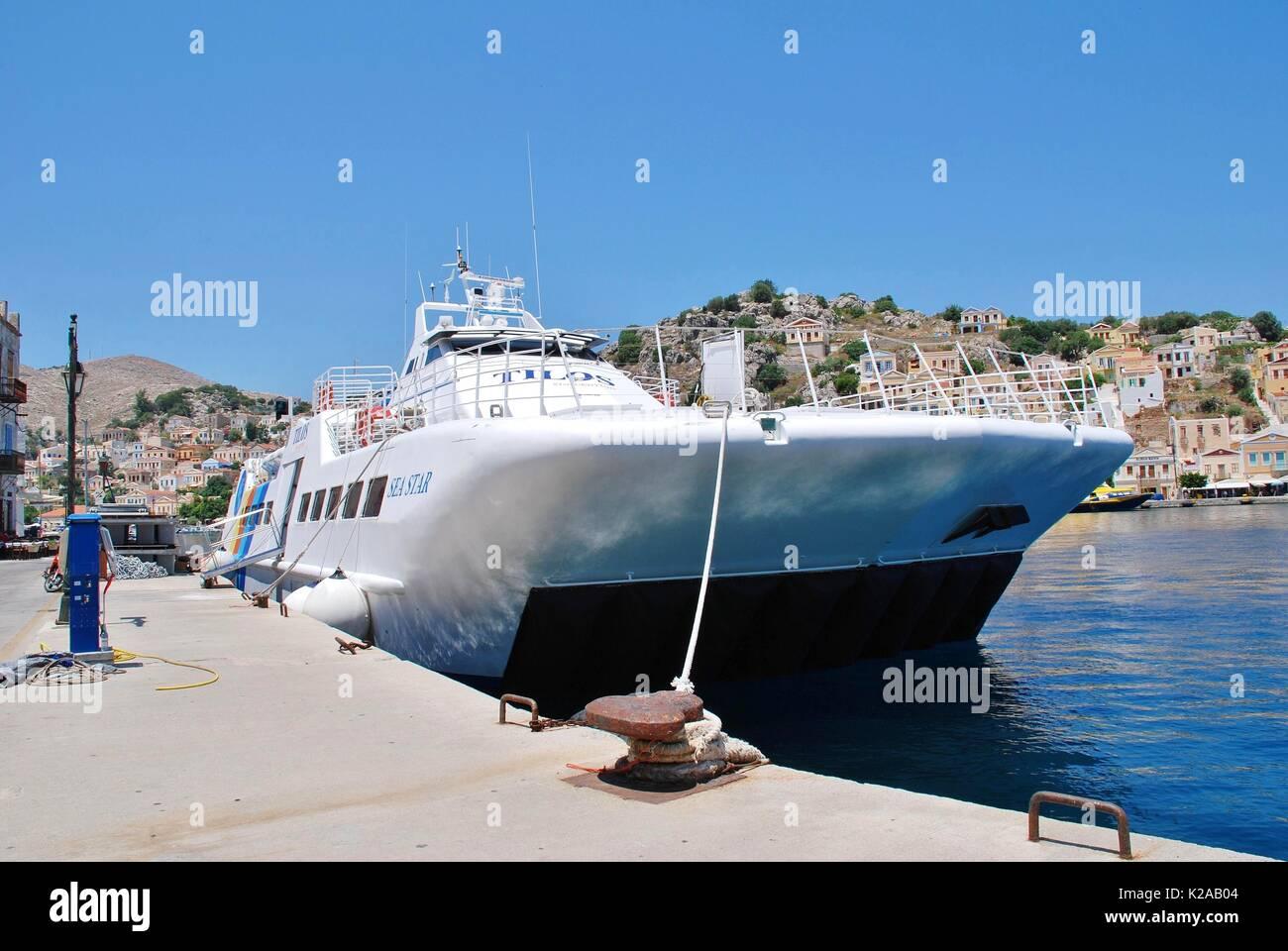 High-speed Katamaran Fähre Tilos Sea Star günstig bei Yialos Hafen auf der griechischen Insel Symi, die Stockbild