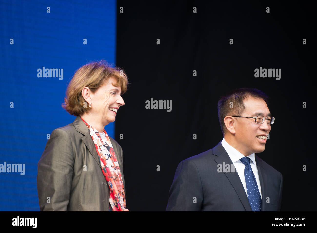 Frau Henriette Rädeker, Oberbürgermeister der Stadt Köln, und Herr Ning Wang, stellvertretender Bürgermeister von Peking, auf der China Festival 2017 in Köln, Deutschland. Stockbild