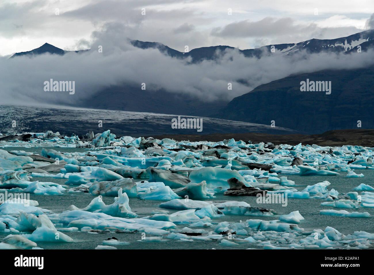 Schwimmende Eisberge in den Gletschersee Jokulsarlon-Island Stockbild
