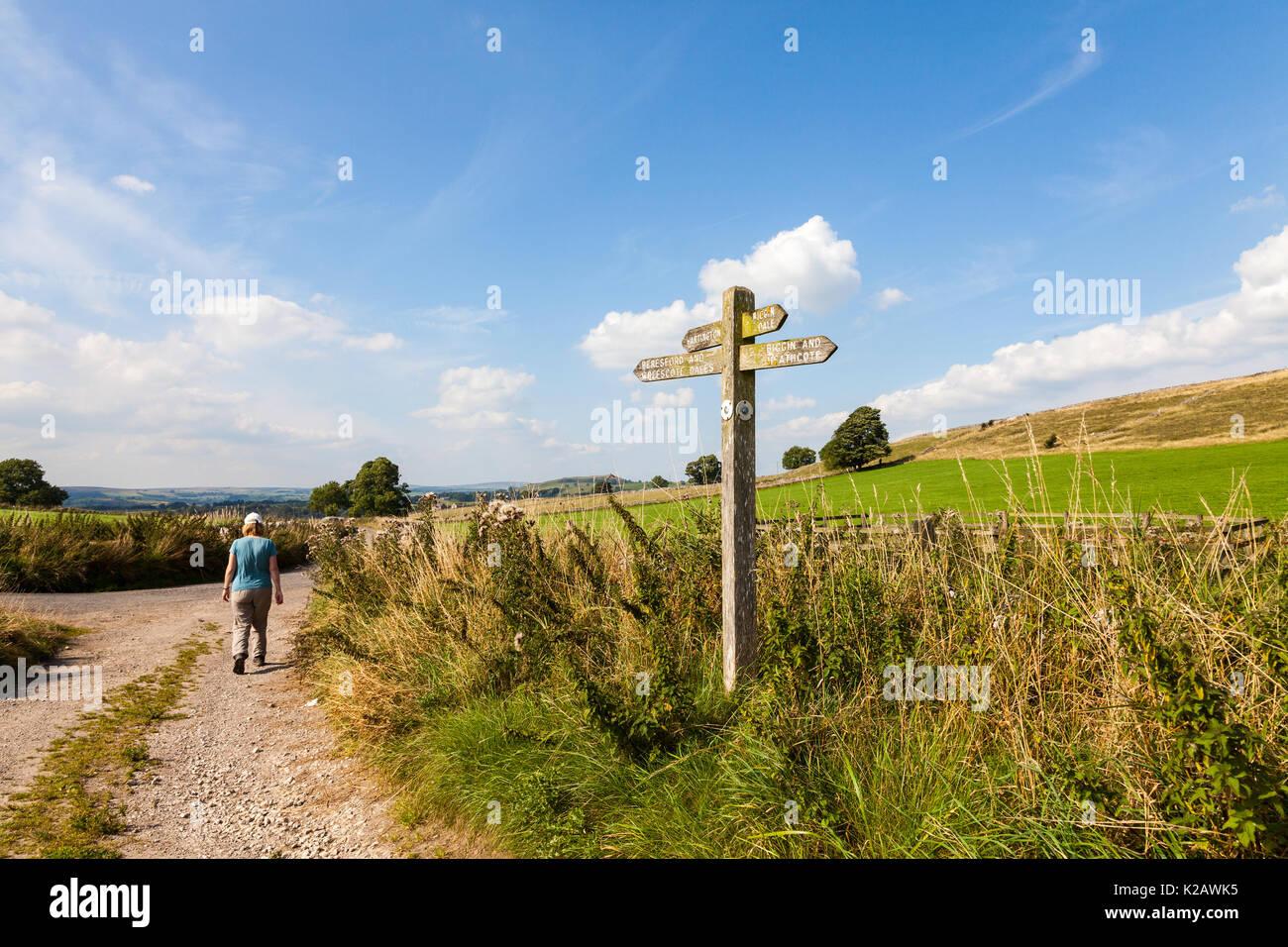 Eine Frau entlang einer ruhigen Gasse in Derbyshire, England, Großbritannien Stockfoto