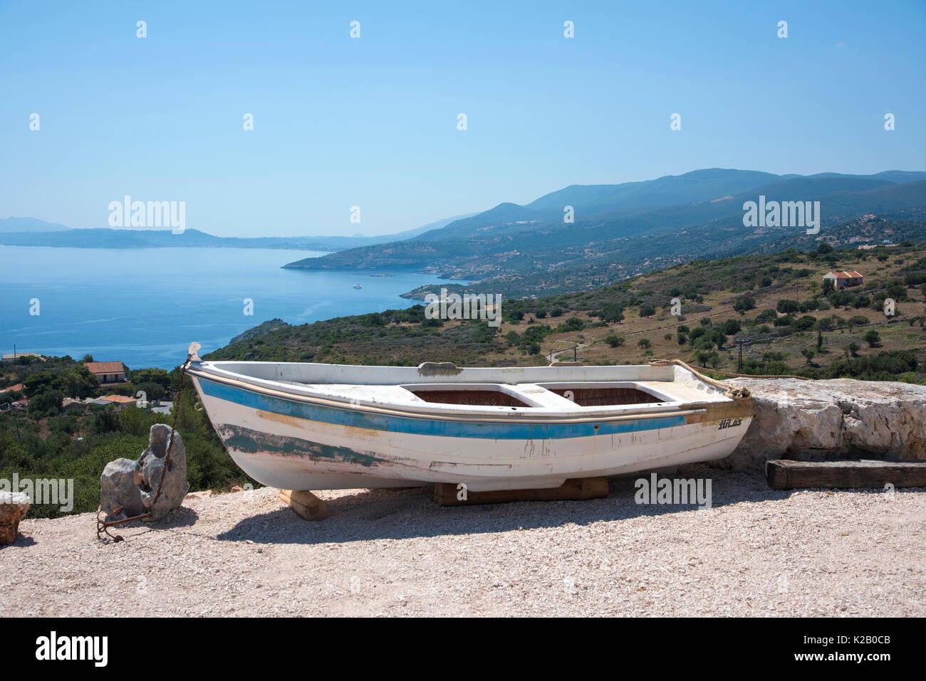Holz- Boot an Land, auf einem Hügel in Korithi, auf der griechischen ...