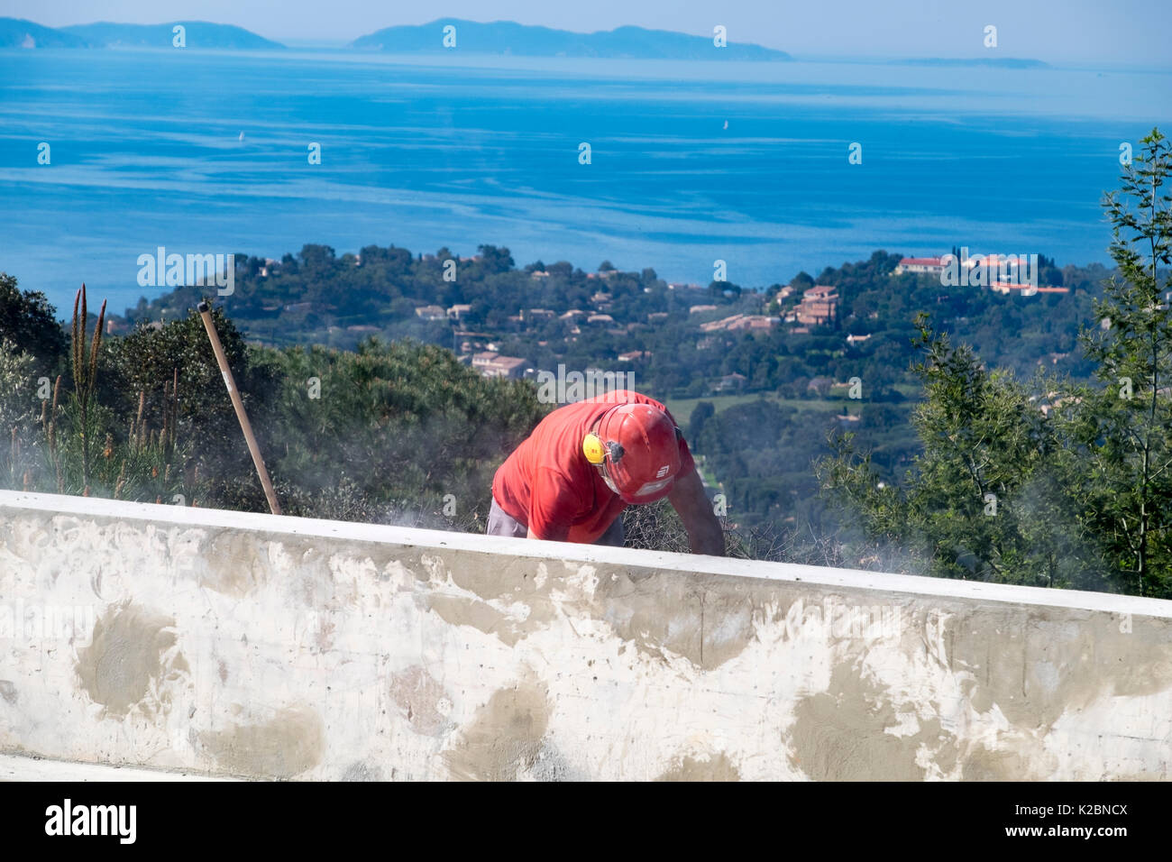Bau arbeiter arbeitet auf die Details der Aufbau eines Pool Stockbild