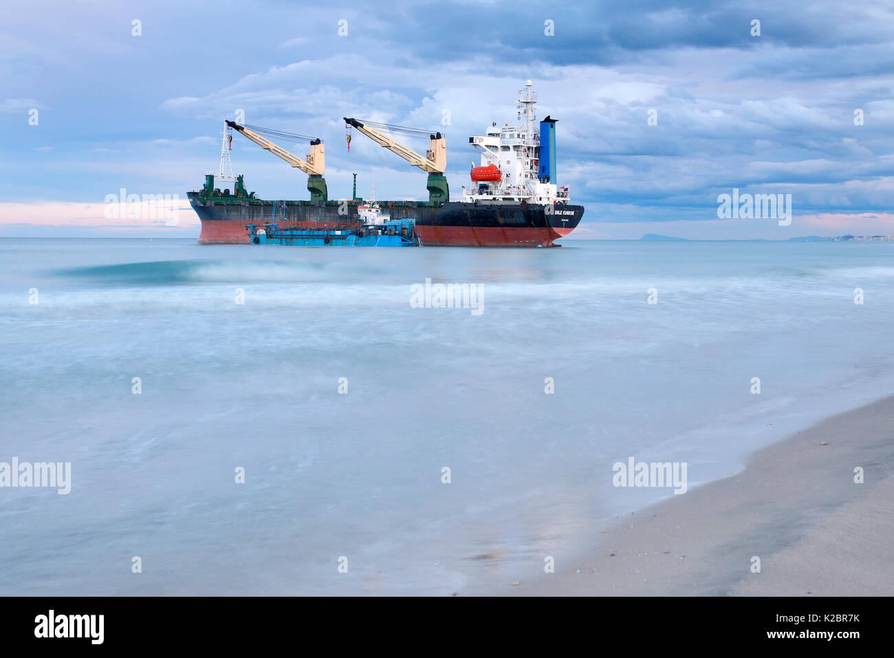 Container schiff am Strand El Saler, Valencia, Spanien gestrandet. Alle nicht-redaktionelle Verwendungen muß einzeln beendet werden. Stockbild
