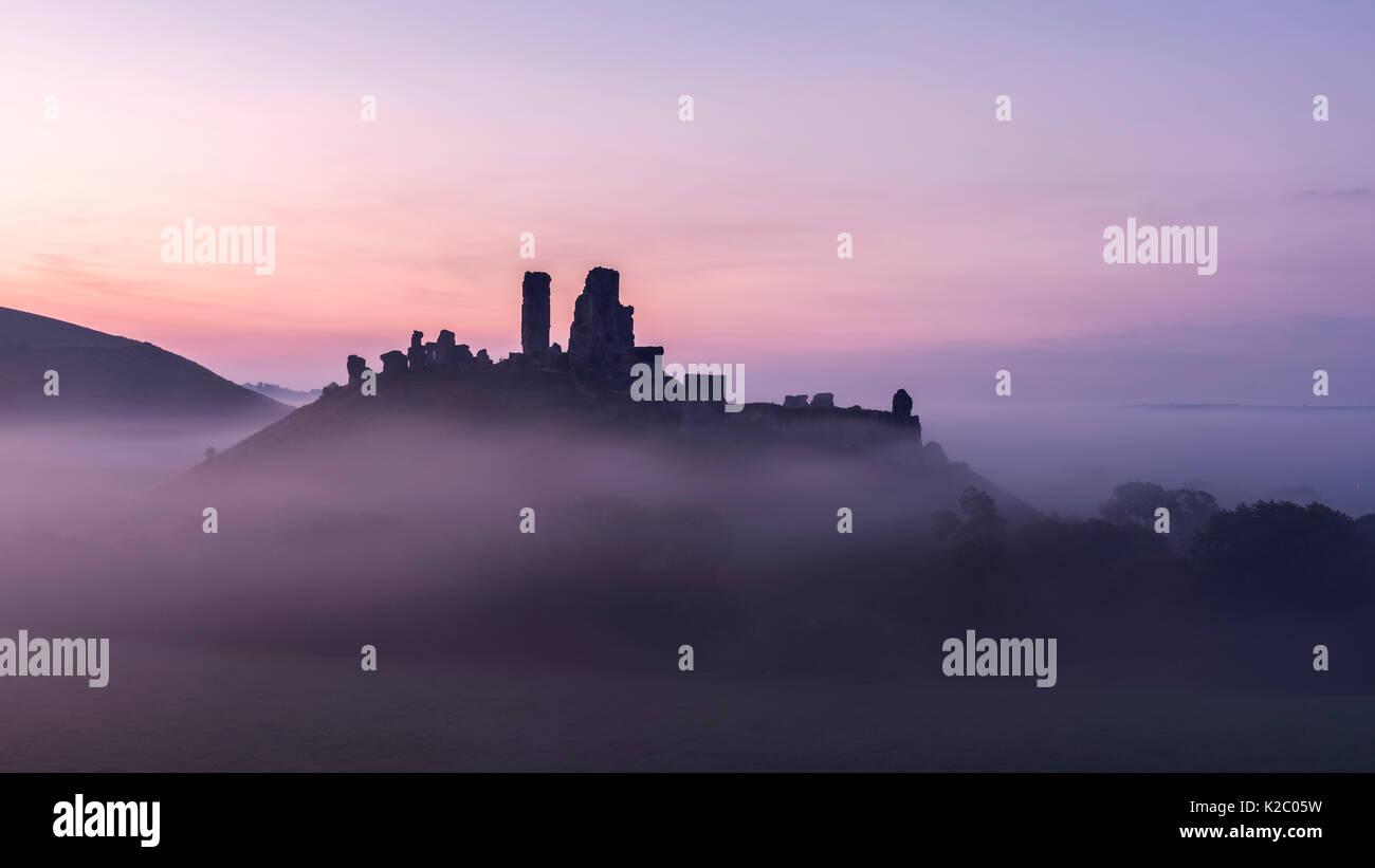 Corfe Castle in der Dämmerung misty morning, Corfe, Dorset, Großbritannien. September 2014. Stockbild