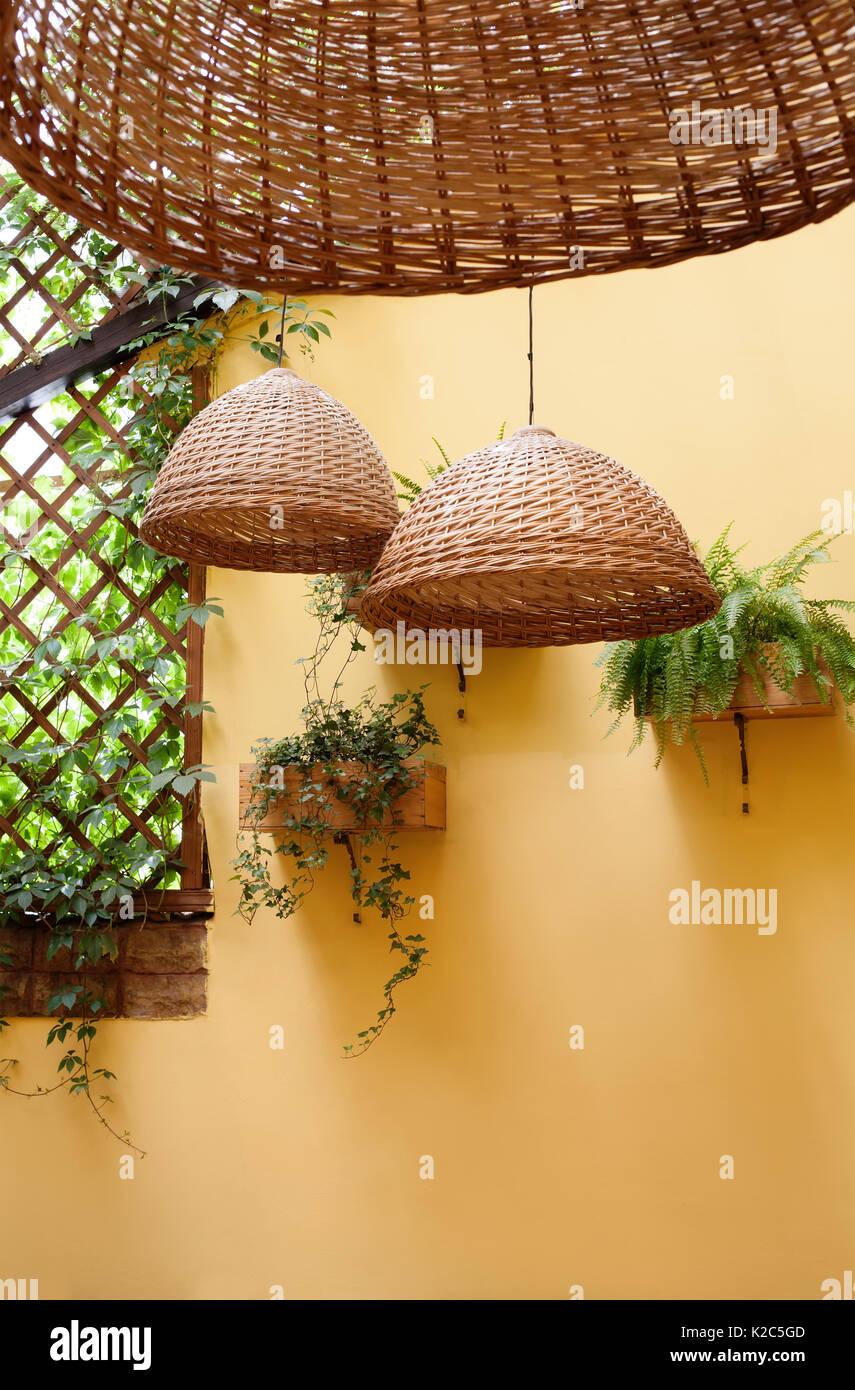 Fantastisch Korbwaren Lampen, Licht Korbwaren Weide Und Grünen Pflanzen Auf Der Gelben