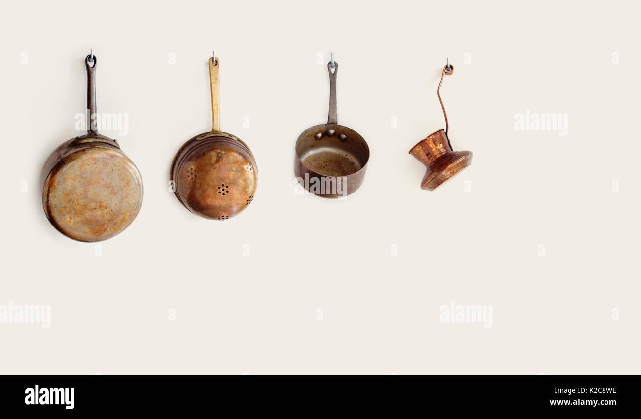 Retro Küchengeräte hängend an einem Haken. Im alten Stil Zubehör ...