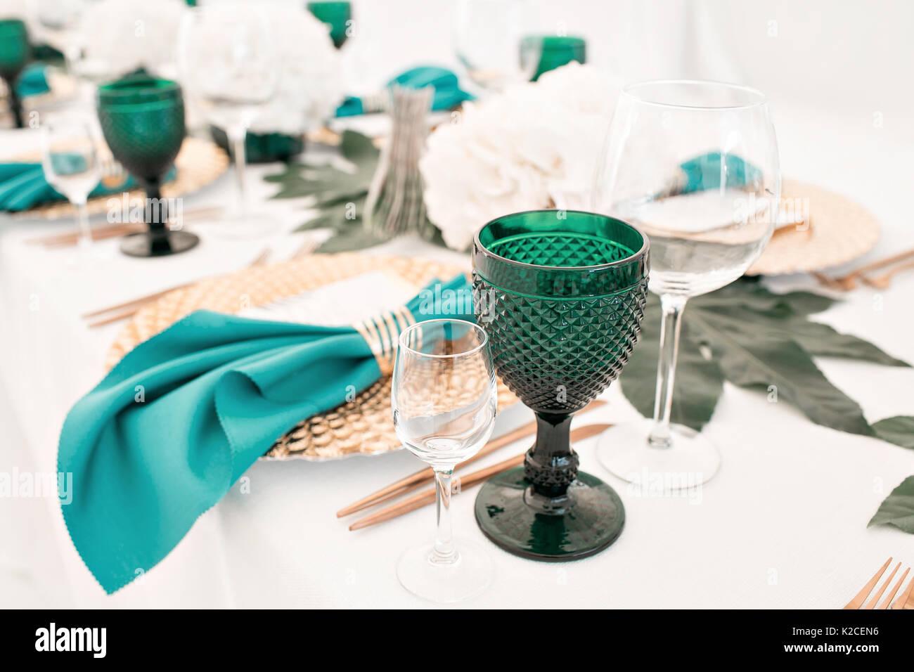 Schön organisierte Veranstaltung - Serviert festliche Tische bereit für Gäste Stockbild