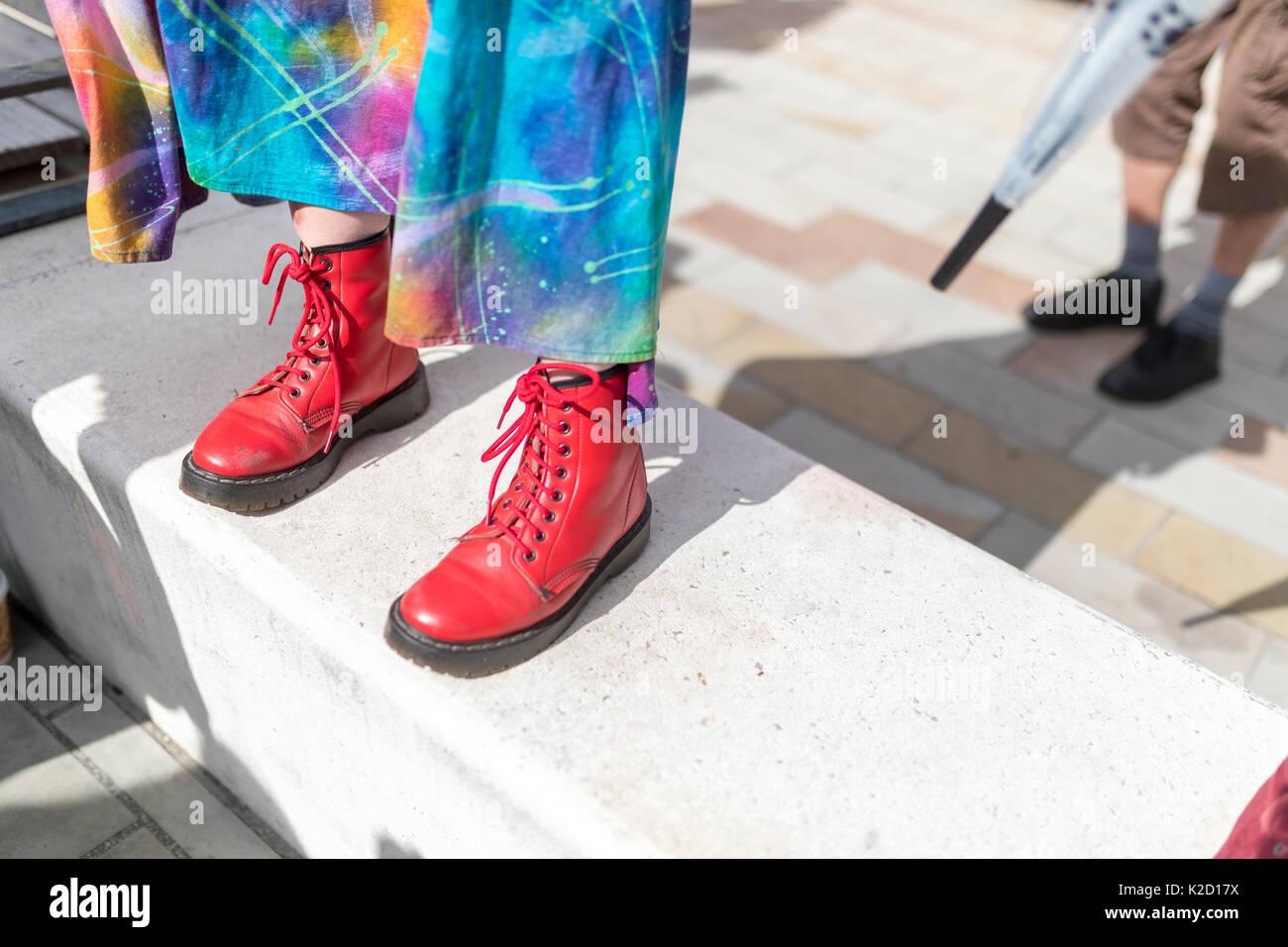 0e510bb809dd06 Iconic BRITISCHE mode Dr Martens rote Stiefel bei einem Festival in das  Vereinigte Königreich