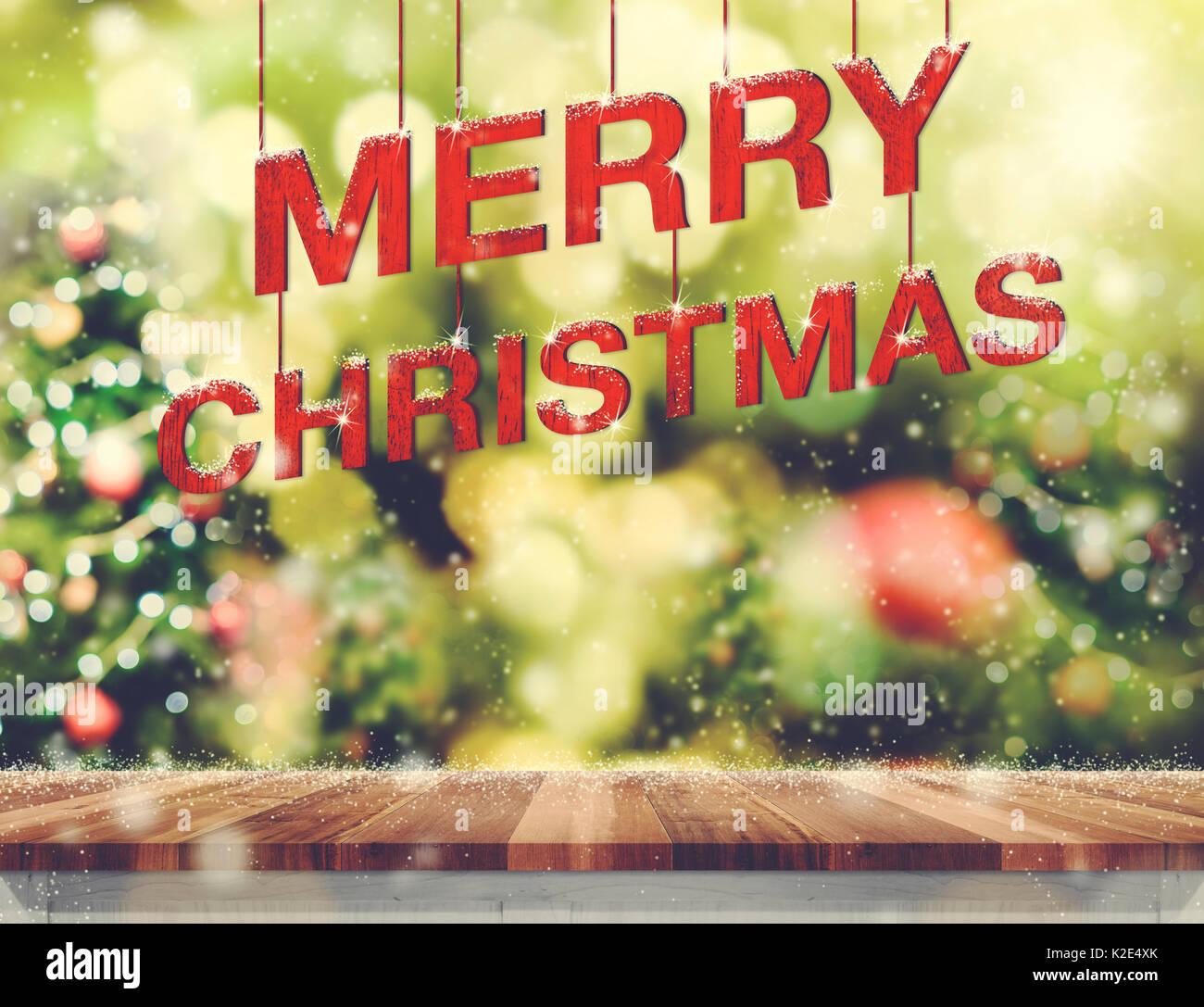 Frohe Weihnachten rot Holz Wort über Holz Tischplatte hängend mit ...