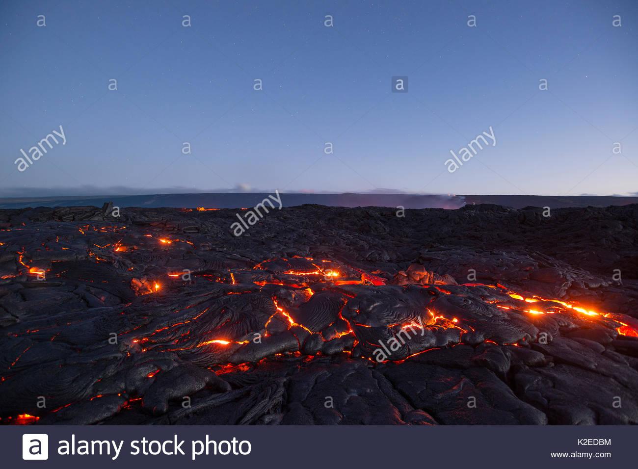 Hot Lava leuchtet durch die Sprünge der pahoehoe in der 61 G-Flow Field, die aus Pu'u O'o auf Kilauea Vulkan, und fließt in Richtung Ozean in Hawaii Volcanoes National Park, Kamokuna, Kalapana, Puna, Hawaii, USA, August 2016 Stockbild