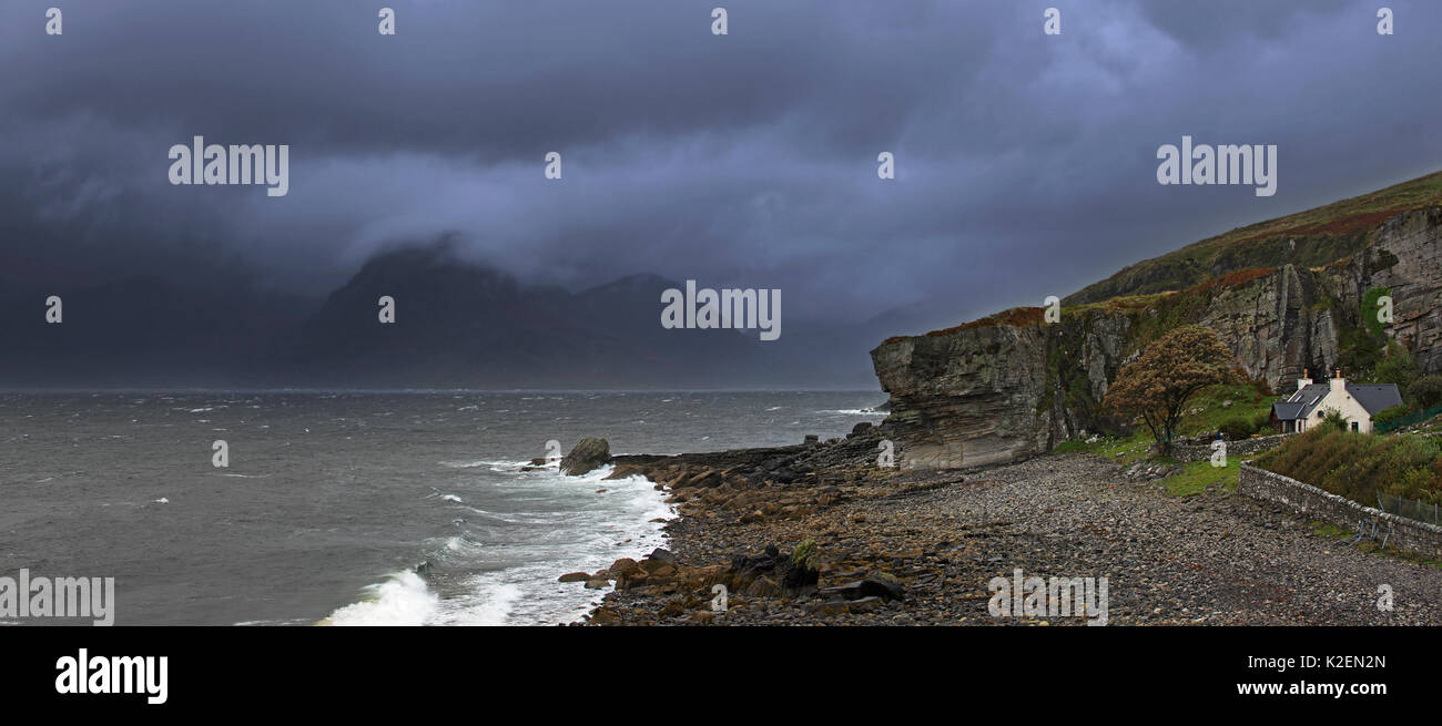 Regen Wolken bei Sonnenuntergang über dem Cuillin Hills, betrachtet aus Elgol auf der Insel Skye, Innere Hebriden, Schottland, UK, September 2016. Stockfoto
