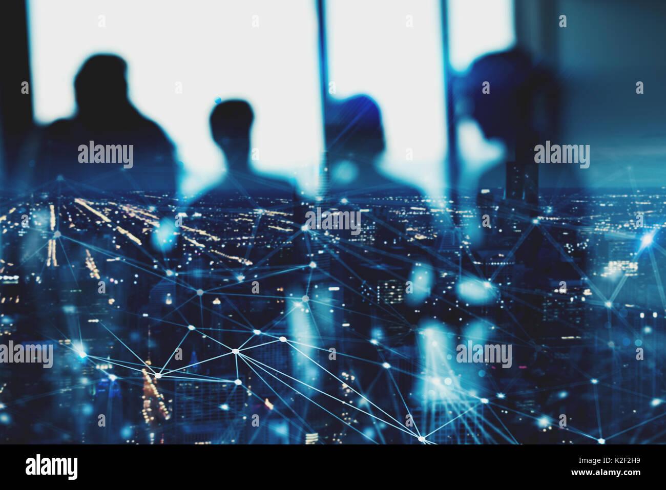 Unscharfe Silhouette der Unternehmer im Büro mit Netzwerk Wirkung. Konzept der Partnerschaft und Zusammenarbeit. Stockbild