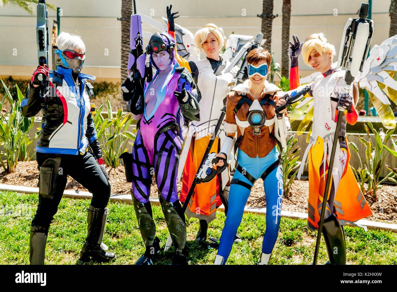 Bizarr kostümierten jungen erwachsenen Teilnehmer der Comic Convention WonderCon futuristisch außerhalb im Anaheim, CA, Convention Center darstellen. Stockbild
