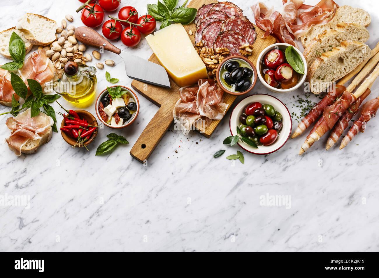 italienische snacks essen mit schinken geschnittenem brot. Black Bedroom Furniture Sets. Home Design Ideas