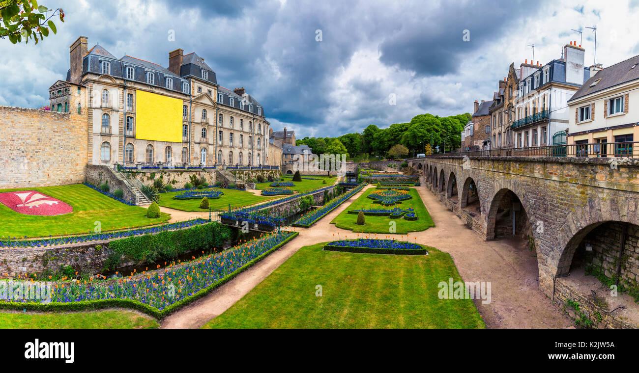 Mauern der antiken Stadt und die Gärten in Vannes. Bretagne ...