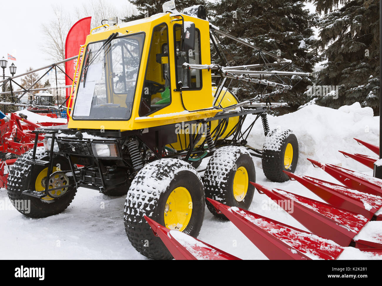 gelbe traktor s maschine auf schnee im winter stockfoto bild 156541505 alamy. Black Bedroom Furniture Sets. Home Design Ideas