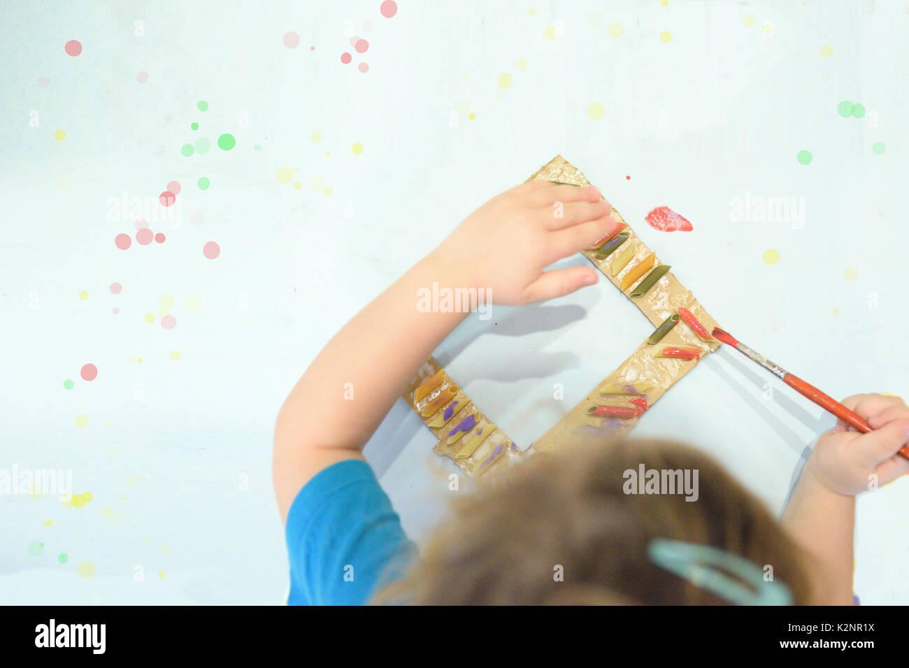 Kind malen eine handgemachte Rahmen im Kunstunterricht in der Schule ...