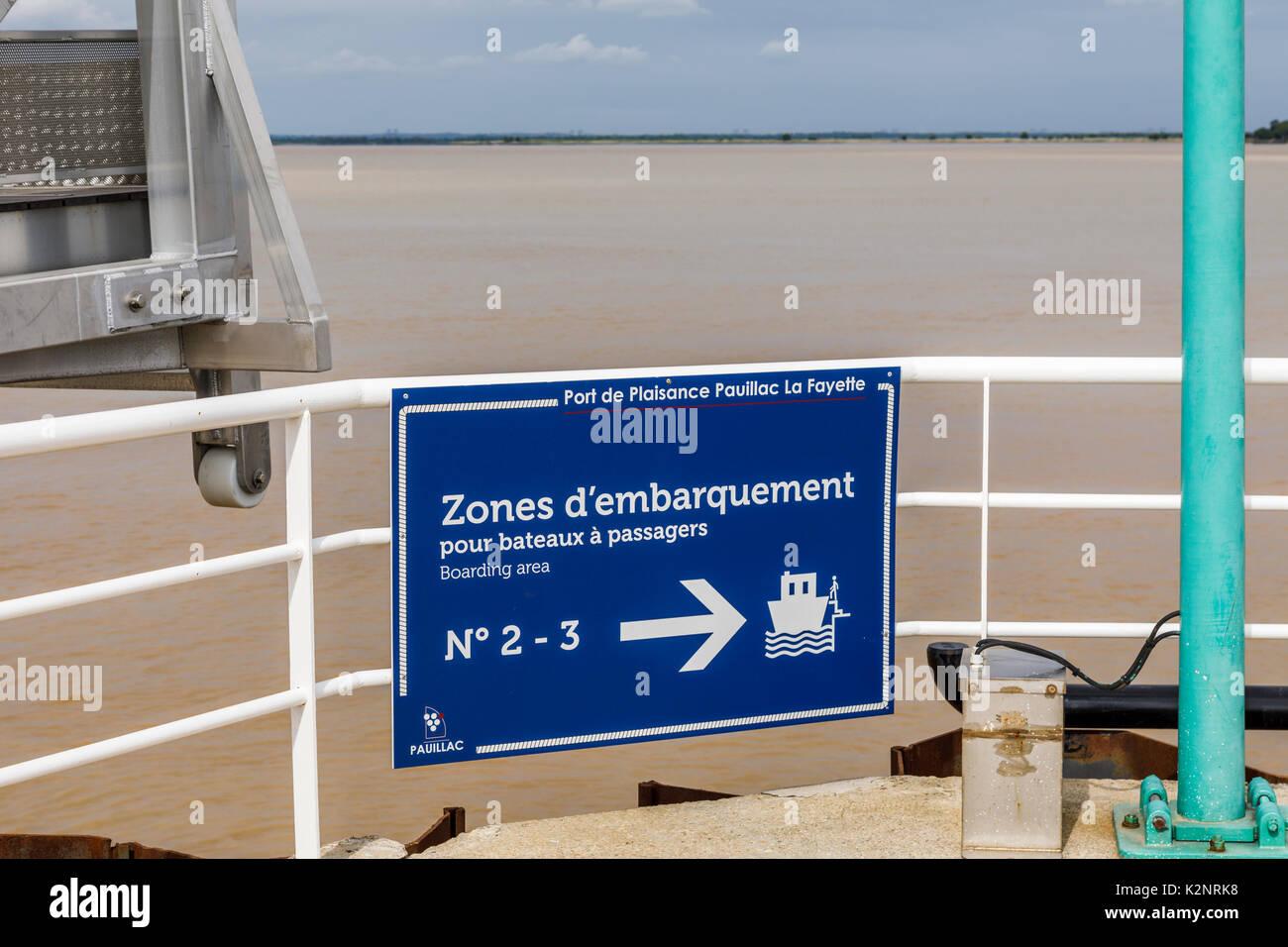 Hinweisschild für die Einschiffung der Passagiere, Marina in Pauillac, Gemeinde im Département Orne in Nouvelle-Aquitaine, südwestliche Frankreich Stockbild