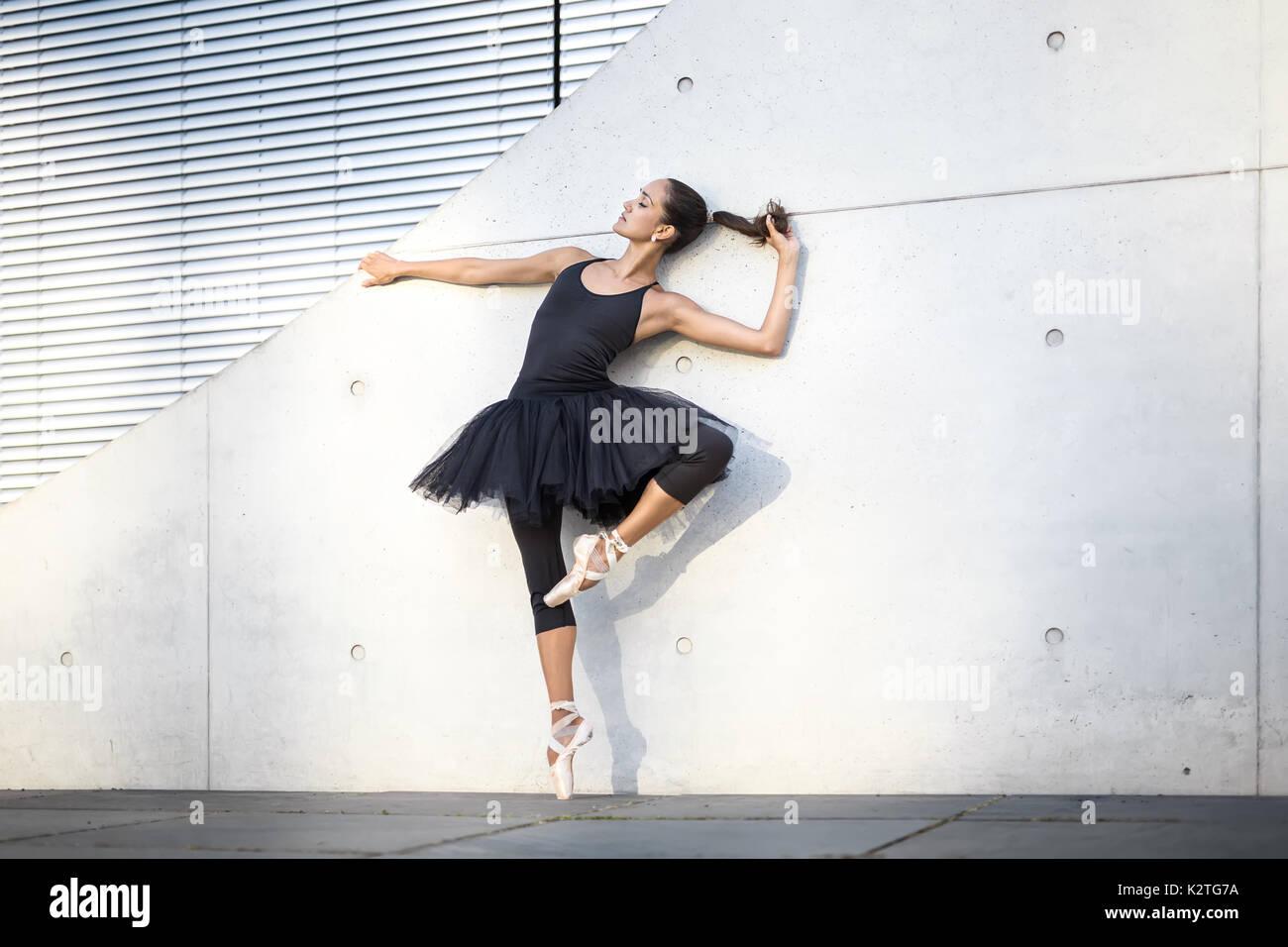 Attraktive Ballerina posiert im Freien Stockbild