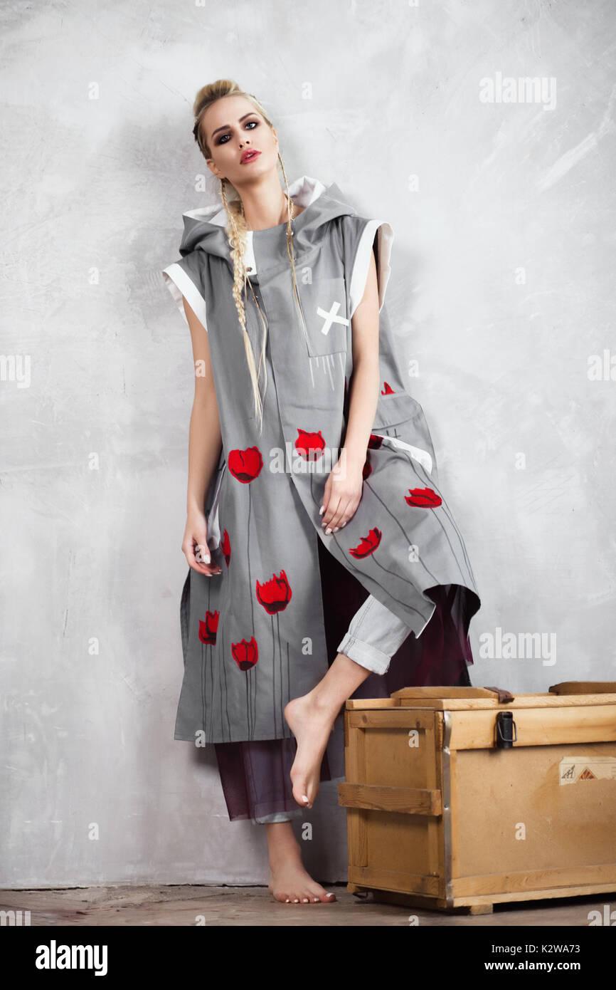 Kreative ungewöhnlich blondes Mädchen in Designer Kleidung und ...
