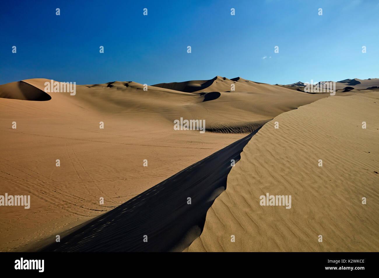 Sanddünen in der Wüste in der Nähe von Huacachina Oasis, Ica, Peru, Südamerika Stockbild