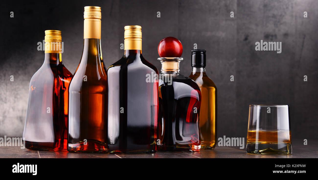 Komposition mit Glas und Flaschen verschiedene alkoholische Getränke ...