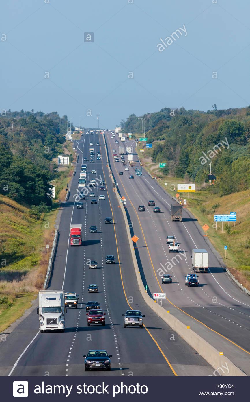 Der Verkehr auf der Autobahn Autobahn Autobahn 401 Straße gesteuert - Zugang Autobahn Autobahn Autobahn in der Nähe Stockfoto