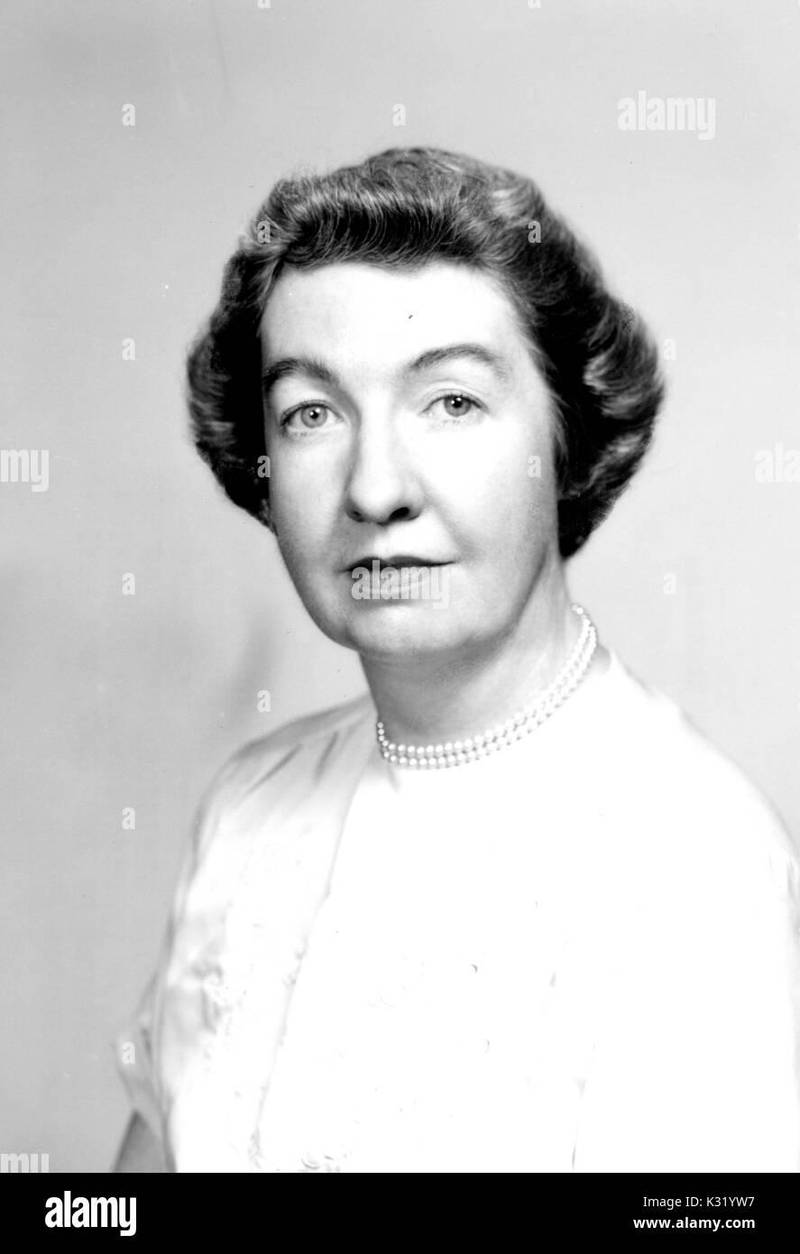 Graustufen portrait Foto, Schultern, von Blanche Duncan Coll, der ihr Meister der Geschichte von der Johns Hopkins University, das Tragen von weißen Kleid und Perlen, Baltimore, Maryland, 1957. Stockbild