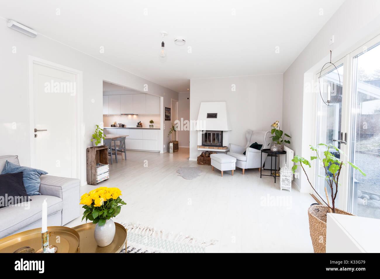 Schickes Wohnzimmer skandinavisches Design leuchten Kamin und ...