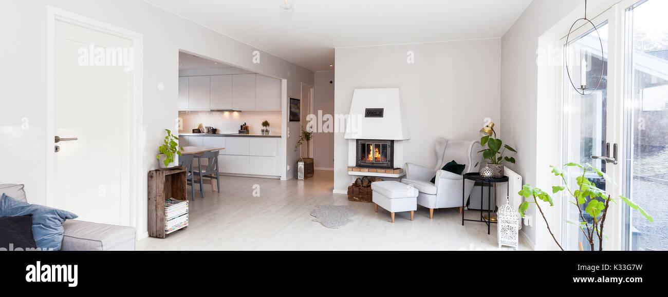 Schickes Wohnzimmer Skandinavisches Design Leuchten Kamin Und Entspannte  Stuhl