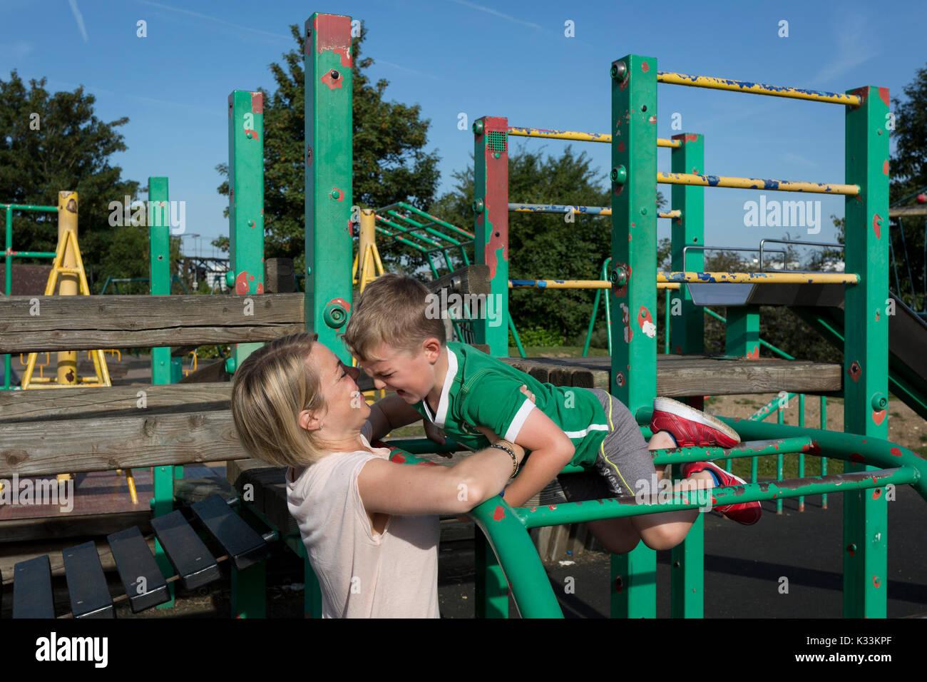 Kind Vom Klettergerüst Gefallen : Ruskin park lambeth stockfotos & bilder alamy