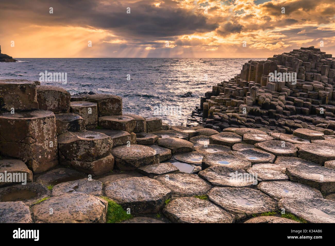 Der Giant's Causeway ist ein Gebiet von ca. 40.000 Verriegelung Basaltsäulen, die Ergebnis einer alten vulkanischen Eruption. Es ist in der Grafschaft Antri entfernt Stockbild