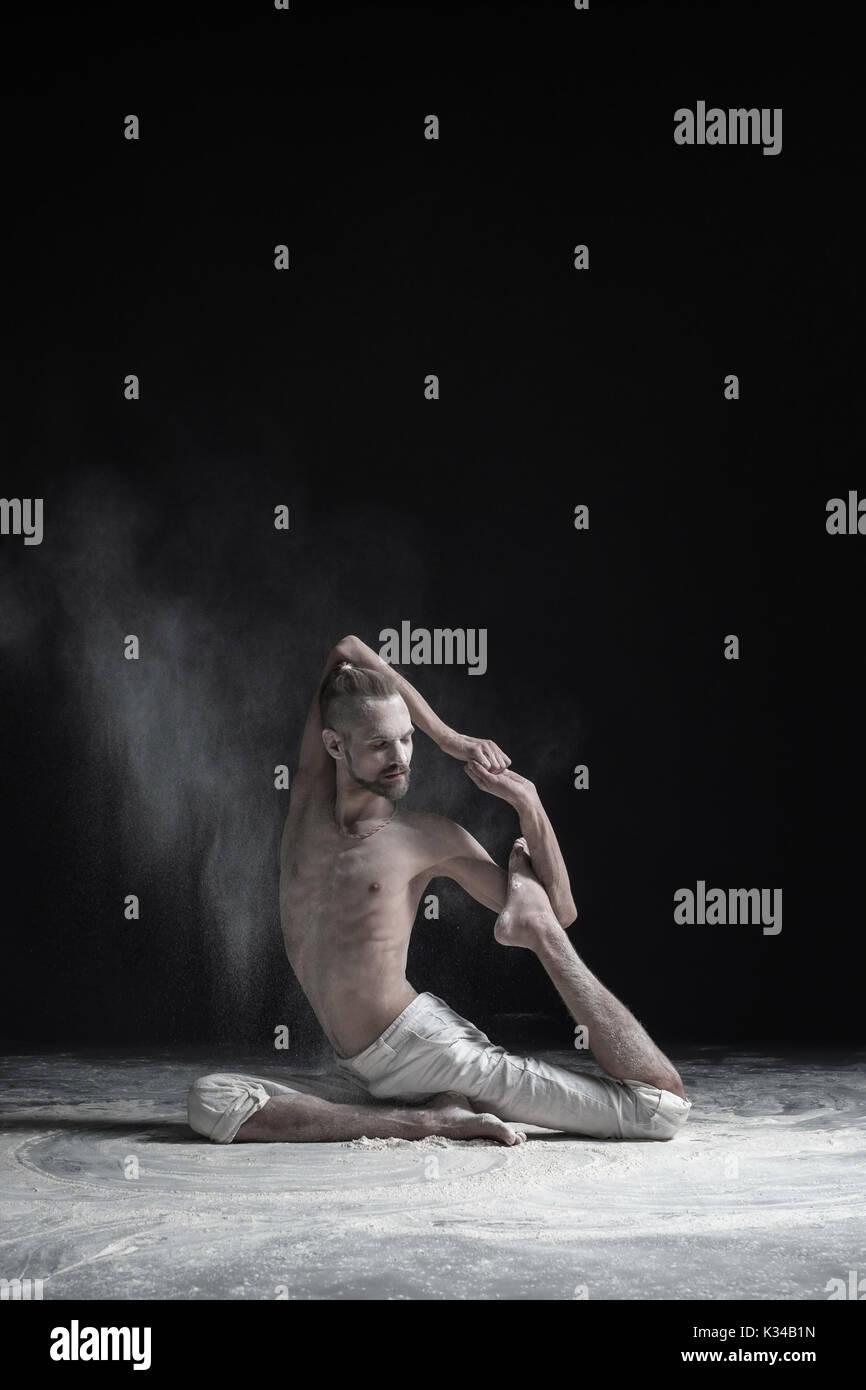 Sportlich muskulöse junge Yogi Mann tun Variation einer Legged Royal Taube darstellen, Eka Pada Rajakapotasana Stockfoto