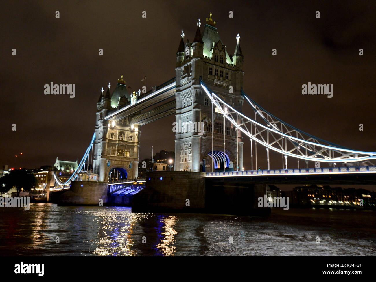 Tower Bridge bei Nacht, London Stockbild