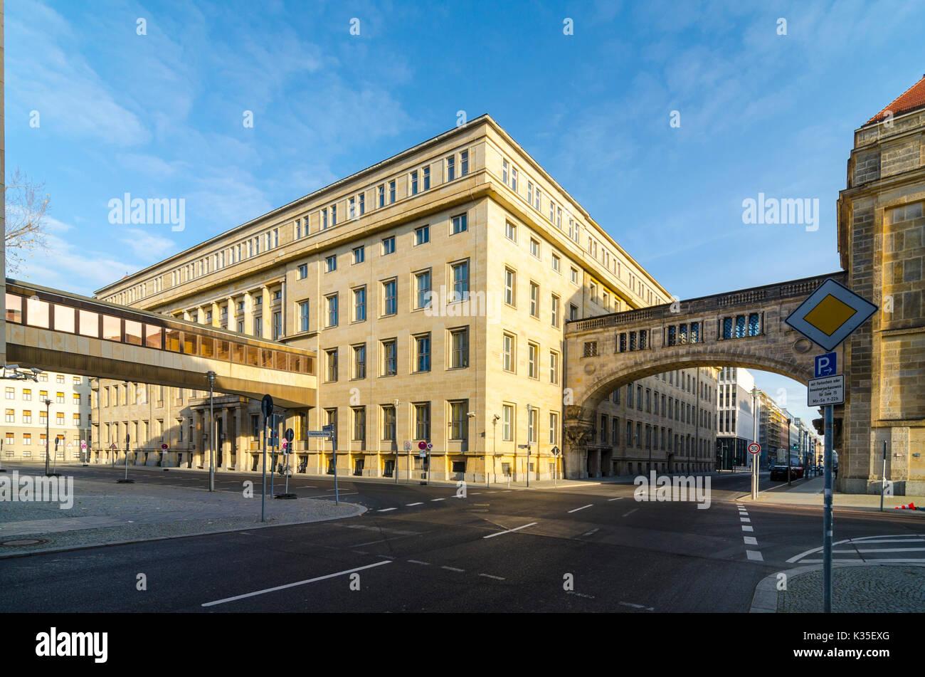 Gebäudekomplex der Deutschen Bank an der Ecke der Mauerstrasse und ...