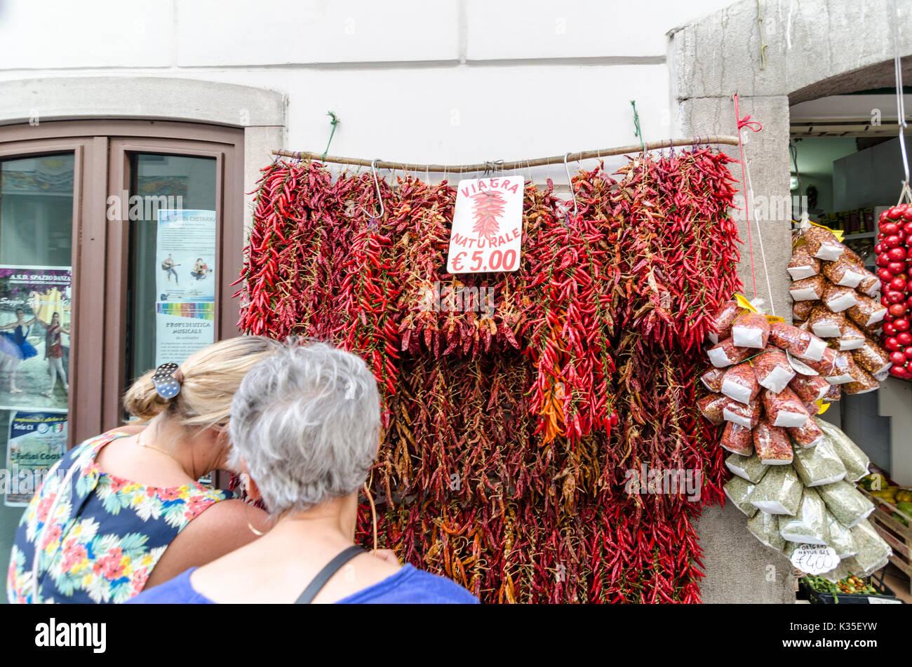 54e43cdfaee1b0 Zwei Frauen an der getrocknete und frische Chilis außerhalb einen Shop mit   natürliche Viagra