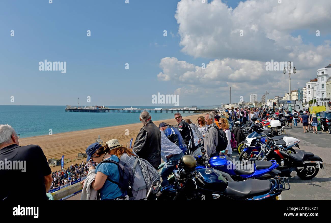 Brighton, UK. 2. Sep 2017. Massen von motorsport Enthusiasten im Brighton Speed Trials am Meer statt. Über 200 Autos und Motorräder Line up ein wertungslauf Madeira Drive erreichen hohe Geschwindigkeiten: Simon Dack/Alamy Leben Nachrichten zu nehmen Stockbild