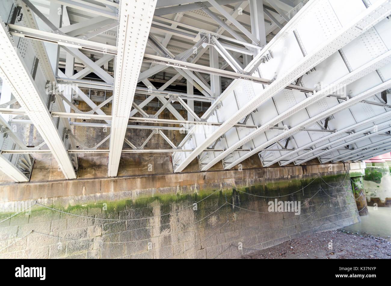 Bügeleisen arch Struktur und unterstützt unter Blackfriars Bridge, London, UK Stockfoto