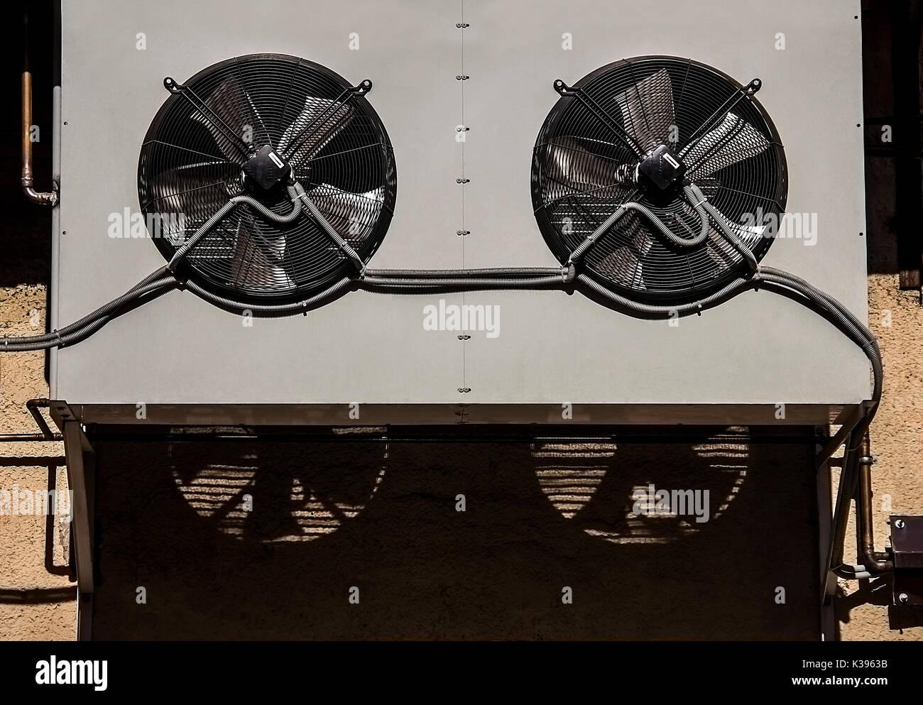 Klimaanlage Ventilator, Outdoor Unit der Klimaanlage mit Rohren und Schatten Stockbild