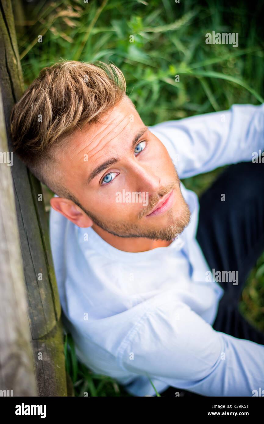 männlich blond blau