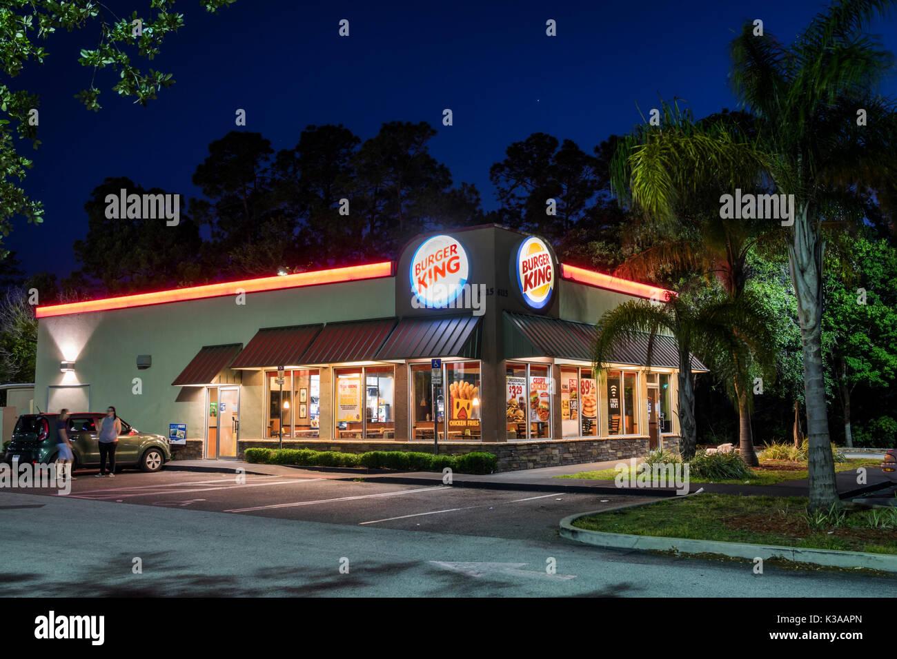 Florida Palm Coast Burger King Restaurant hamburger Kette außerhalb Nachtbeleuchtung Haupteingang fast food Stockfoto