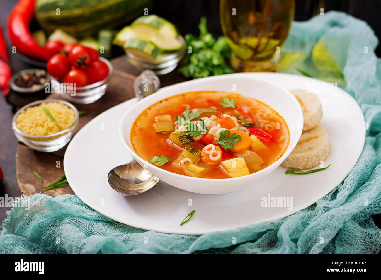 """Minestrone - """"Große Suppe', Suppe mit vielen Zutaten - ein Gericht der Italienischen Küche, leichte saisonale Gemüsesuppe mit Nudeln. Stockbild"""